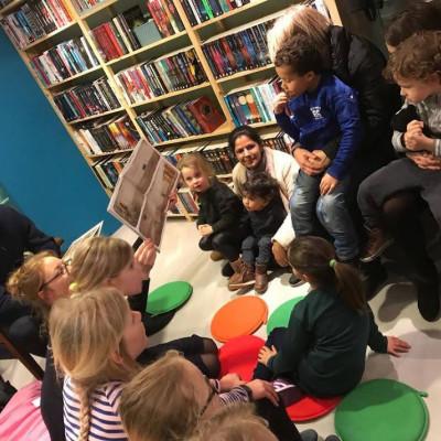 Gijs reading to children