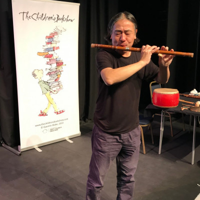 Yue playing the flute